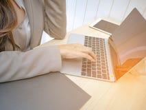 在膝上型计算机的女商人手 免版税库存照片