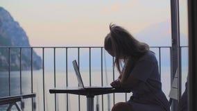 在膝上型计算机的妇女工作 股票录像