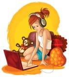 在膝上型计算机的小女孩运作的和听的音乐 免版税库存图片