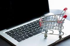 在膝上型计算机的微型购物车 免版税图库摄影