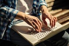 在膝上型计算机的手 免版税库存图片