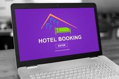 在膝上型计算机的旅馆预定概念 免版税图库摄影