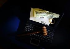 在膝上型计算机的法官惊堂木 免版税库存图片