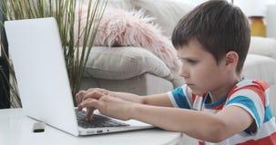 在膝上型计算机的男孩电子教学在家 股票录像
