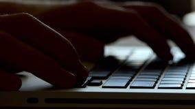 在膝上型计算机的男性手工和在Slo Mo接触在布朗表上的一个灰色键盘 影视素材