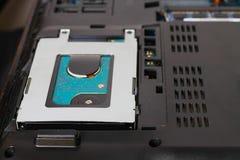 在膝上型计算机的硬盘 执行膝上型计算机主板计划维修服务维修服务专家 免版税库存图片
