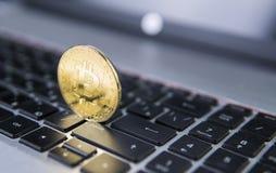 在膝上型计算机的金黄bitcoin 在计算机黑色键盘的Bitcoin隐藏货币 数字式货币 虚拟的货币 金属 库存图片