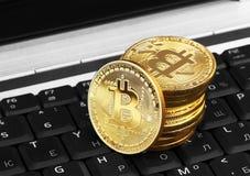在膝上型计算机的金黄Bitcoin 免版税库存照片