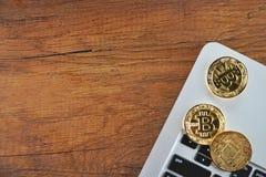 在膝上型计算机的金黄Bitcoins Cryptocurrency 免版税库存照片