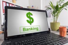 在膝上型计算机的银行业务概念 免版税库存照片