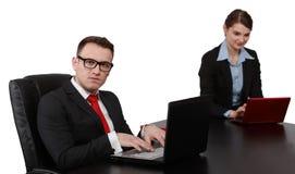 在膝上型计算机的年轻企业夫妇 免版税库存图片