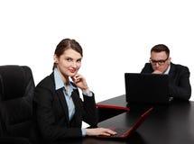 在膝上型计算机的年轻企业夫妇 免版税库存照片