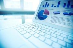 在膝上型计算机的财务数据 免版税库存图片
