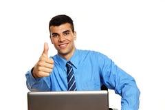 在膝上型计算机的年轻商人 免版税库存图片