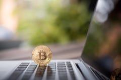 在膝上型计算机的Bitcoin物理硬币标志,未来概念财政货币,隐藏货币 库存图片