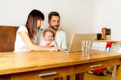 在膝上型计算机的Familie 库存照片