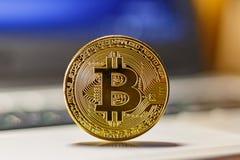 在膝上型计算机触感衰减器特写镜头的金黄bitcoin Cryptocurrency真正金钱 库存图片