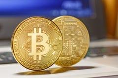 在膝上型计算机触感衰减器特写镜头的金黄bitcoins Cryptocurrency真正金钱 免版税库存图片