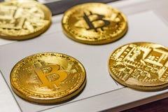 在膝上型计算机触感衰减器特写镜头的金黄bitcoins Cryptocurrency真正金钱 库存照片