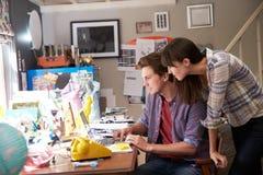在膝上型计算机连续事务的夫妇从内政部 库存照片