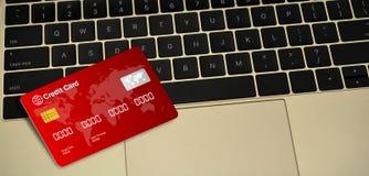 在膝上型计算机钥匙的红色信用卡 库存图片