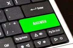 在膝上型计算机键盘上绿色按钮书面解答 免版税图库摄影