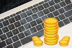 在膝上型计算机键盘收入概念的金币堆 免版税图库摄影