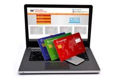 在膝上型计算机键盘的信用卡有智能手机的 免版税库存图片