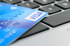 在膝上型计算机键盘的信用卡 库存照片