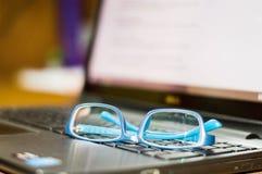 在膝上型计算机键盘的眼睛玻璃 库存图片