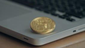 在膝上型计算机键盘的硬币bitcoin 贸易的cryptocurrency的概念 货币的迅速增长 空转 股票视频