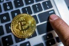 在膝上型计算机键盘的金黄Bitcoin有指点的输入 库存图片