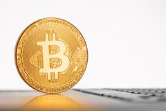 在膝上型计算机键盘的金黄Bitcoin硬币 互联网股票 传统 库存图片