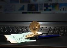 在膝上型计算机键盘的金黄Bitcoin硬币 大图形市场计算股票 免版税库存图片