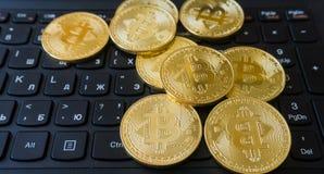 在膝上型计算机键盘的金黄Bitcoins Cryptocurrency 库存图片