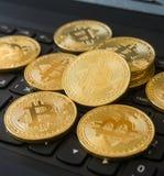 在膝上型计算机键盘的金黄Bitcoins Cryptocurrency 免版税库存照片