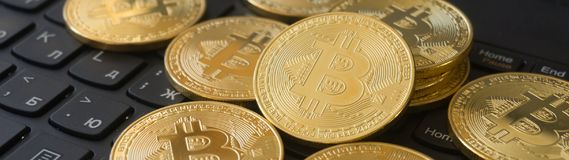 在膝上型计算机键盘的金黄Bitcoins Cryptocurrency 库存照片