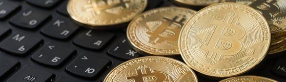 在膝上型计算机键盘的金黄Bitcoins Cryptocurrency 图库摄影