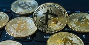 在膝上型计算机键盘的金黄Bitcoins Cryptocurrency 免版税库存图片