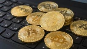 在膝上型计算机键盘的金黄Bitcoins Cryptocurrency 免版税图库摄影