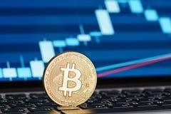 在膝上型计算机键盘的金黄Bitcoin硬币 免版税库存照片