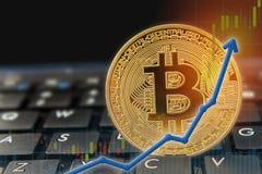 在膝上型计算机键盘的Bitcoin货币上升的概念有箭头图和金黄bitcoin的 文本的Copyspace 库存图片