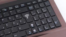 在膝上型计算机键盘的Wiress标志 库存照片