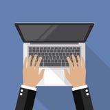在膝上型计算机键盘顶视图的手 免版税库存图片