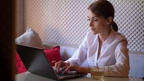 在膝上型计算机computor的女商人繁忙和工作在咖啡馆 股票录像