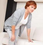 在膝盖的女性痛苦 图库摄影