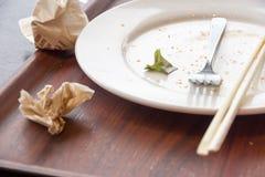 在膳食以后的肮脏的盘 免版税库存图片