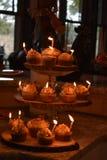 在自创加香料的杯形蛋糕点燃的蜡烛 免版税库存图片