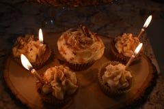 在自创加香料的杯形蛋糕点燃的蜡烛 库存图片