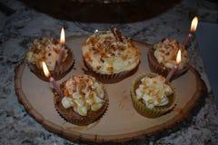 在自创加香料的杯形蛋糕点燃的蜡烛 图库摄影